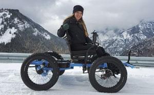 """Este hombre diseñó una silla de ruedas """"todoterreno"""" para que su esposa pudiera ir a cualquier lugar, y ahora las van a producir industrialmente"""