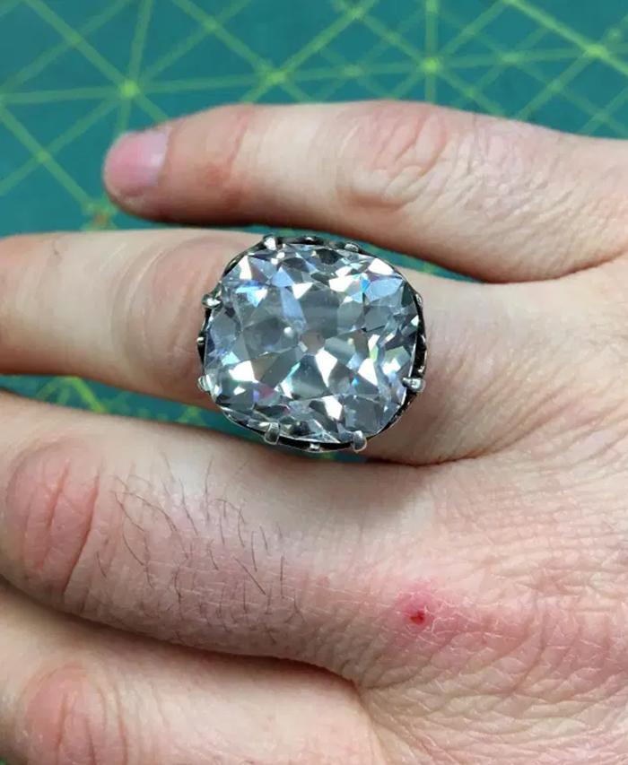 Anillo de diamantes valorado en 607000$