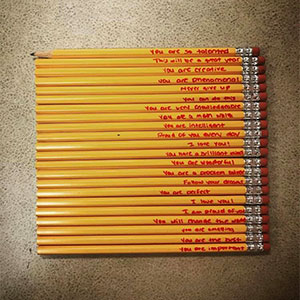 """""""Por esto me dedico a la enseñanza"""": Esta profesora comparte las conmovedoras notas que escribió la madre de uno de sus estudiantes en sus lápices"""