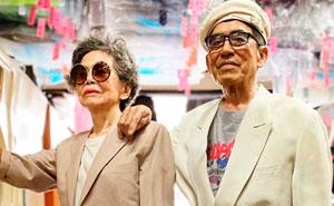 Esta pareja de ancianos posa con la ropa que sus clientes no recogieron, y las fotos irradian clase y estilo (15 fotos)