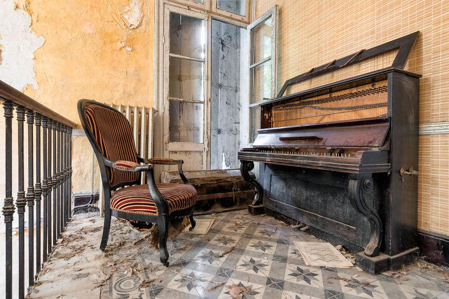 Landing Interlude (Abandoned Mansion, France)