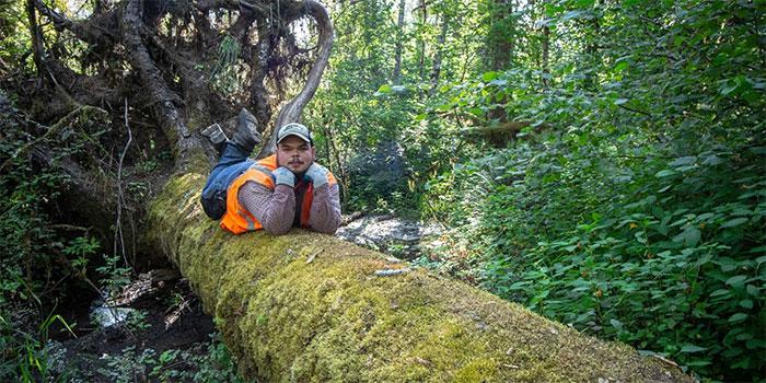Este fotógrafo encontró a un visitante sorpresa cuando miraba las fotos hechas por su cámara del bosque
