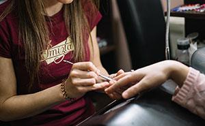 """Una mujer infectada de coronavirus rompió su cuarentena para ir a hacerse la manicura porque le hacía """"muuucha falta"""""""