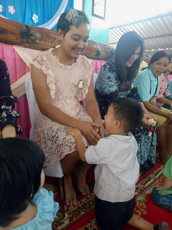 Single Dad In Thailand Wore A Dress To A Mother's Day Event For His Sons So That They Didn't Feel Left Out