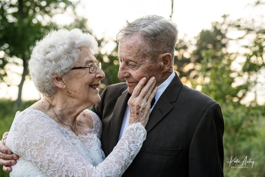 Couple Who's Been Married For 60 Years Celebrate Their Wedding Anniversary With Photoshoot In Original Outfits