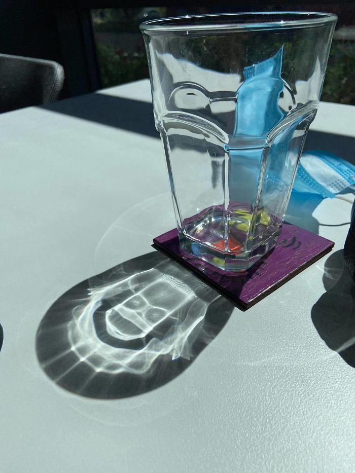 El reflejo del sol en mi vaso crea la calavera de Bart Simpson