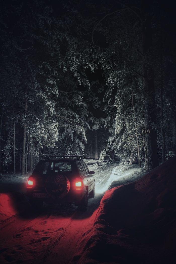 Conduciendo por el bosque de noche en invierno y parece una historia de Stephen King