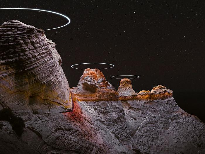 Foto de larga exposición de drones haciendo círculos en las montañas, parece ciencia ficción