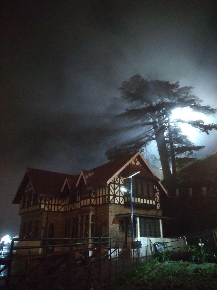La niebla y la luz hicieron que mi casa pareciera de miedo