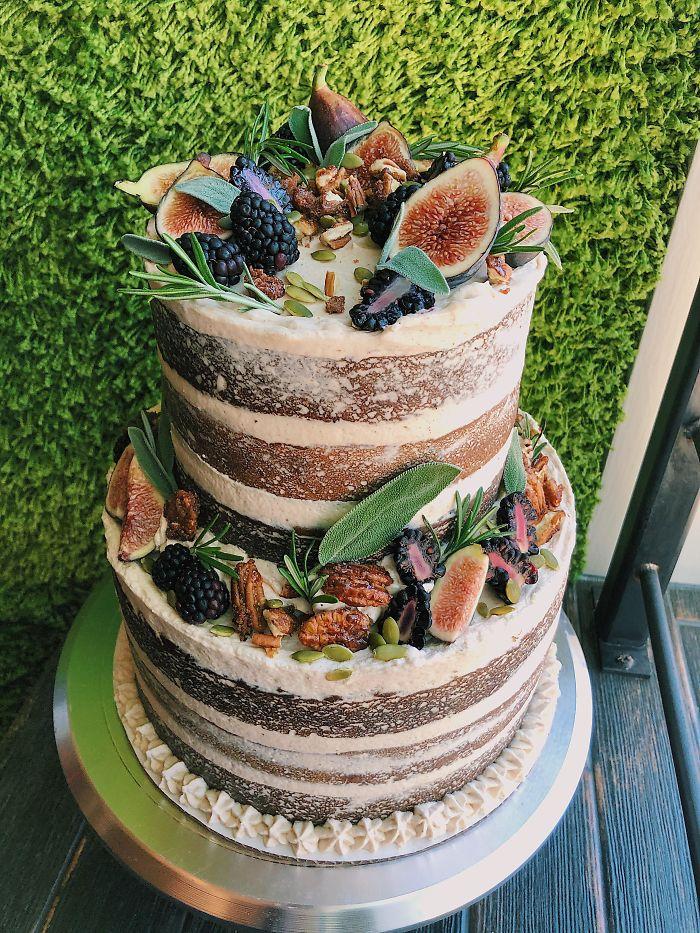 He hecho la tarta de mi propia boda. Con capas de tarta de calabaza y de manzana con especias, crema de queso glaseada con sirope de arce, fruta fresca, nueces de pecán caramelizadas y semillas de calabaza.