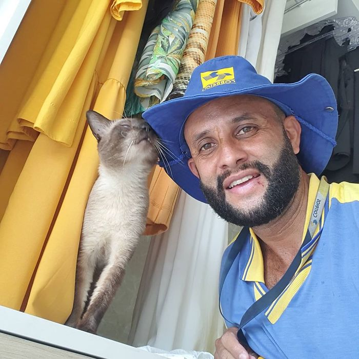 This Brazilian Postman Breaks The Stereotype That Dogs Don't Like Postmen (120 Pics)