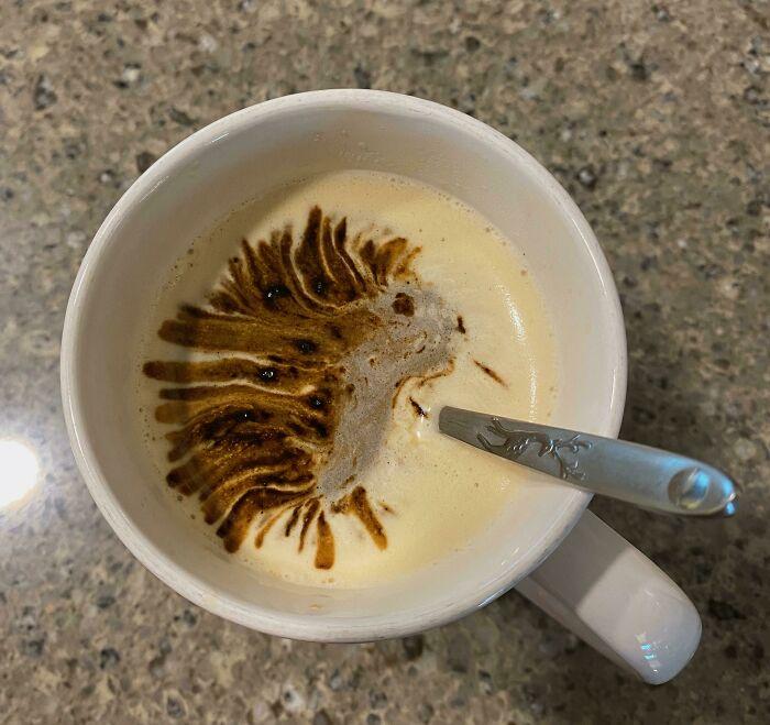 Puercoespín creado accidentalmente al verter café instantáneo sobre un americano