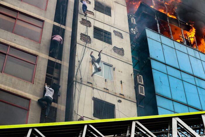 Muerte de una víctima de incendio (1º en Documentales y fotoperiodismo)