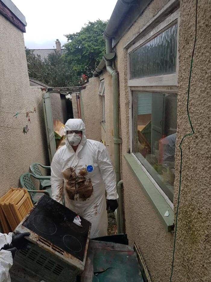 '50 Hour Clean': Cleaning Service Shares Before & After Pics Of An Elderly Widower's Place That Looked Like Hell But Not Anymore