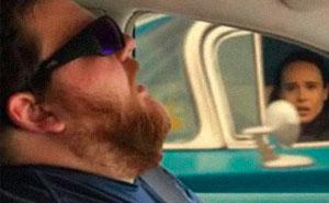 Este hombre se durmió durante un viaje en coche, y su esposa pidió a la gente que photoshopeara lo que se perdió en el trayecto (30 fotos)