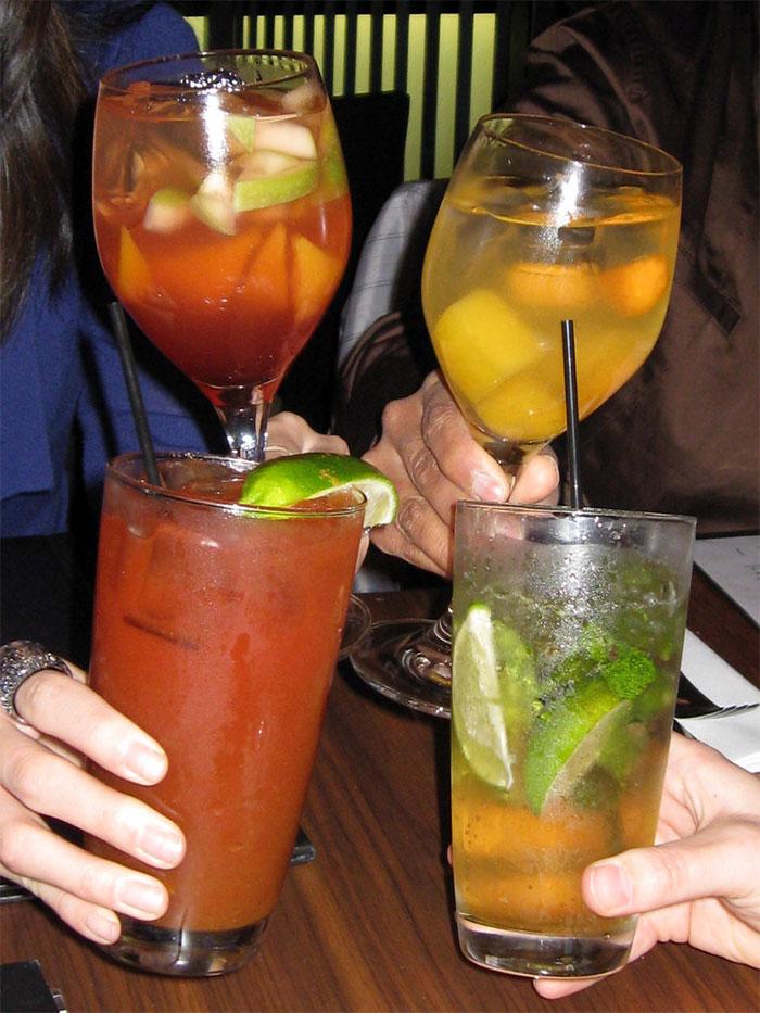 Restaurant Server Secretly Gives Pregnant Woman Non-Alcoholic Cocktails, Faces Backlash Online 3