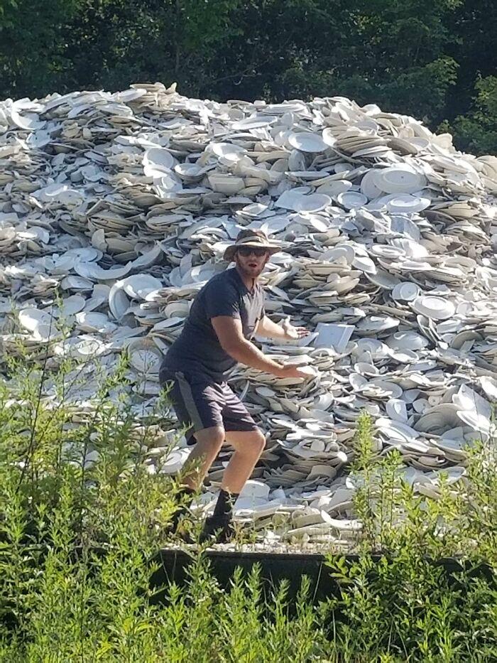 Iba de acampada en Pensilvania y encontré una montaña de platos y tazas en medio del bosque