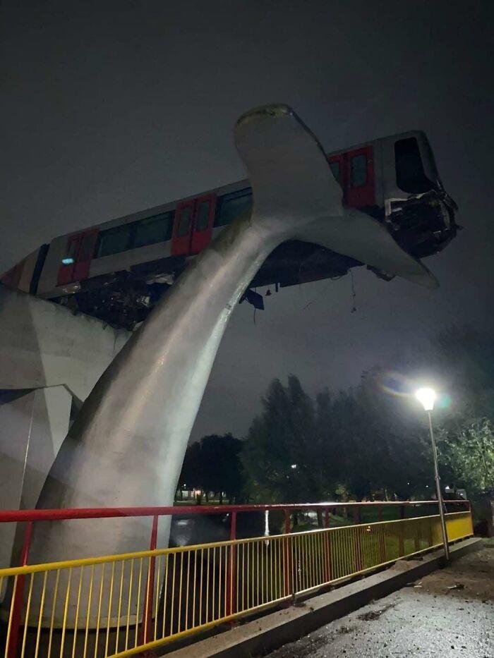 A este tren le fallaron los frenos y lo detuvo una escultura en forma de cola de ballena