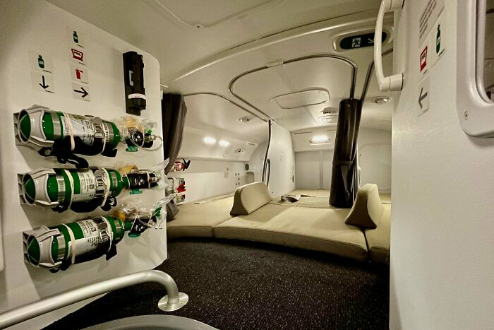 """Here is What It is Like Inside Your Airplane's Hidden """"Crew Relaxation,"""" The place Pilots And Flight Attendants Sleep"""