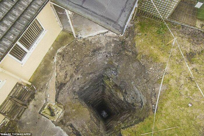 Socavón de 90 metros en un jardín de Cornwall. Es el pozo de una mina medieval