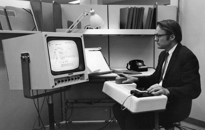 1ª demostración pública de un ratón, una interfaz de usuario, ventanas, hipertexto y procesador word, 1968