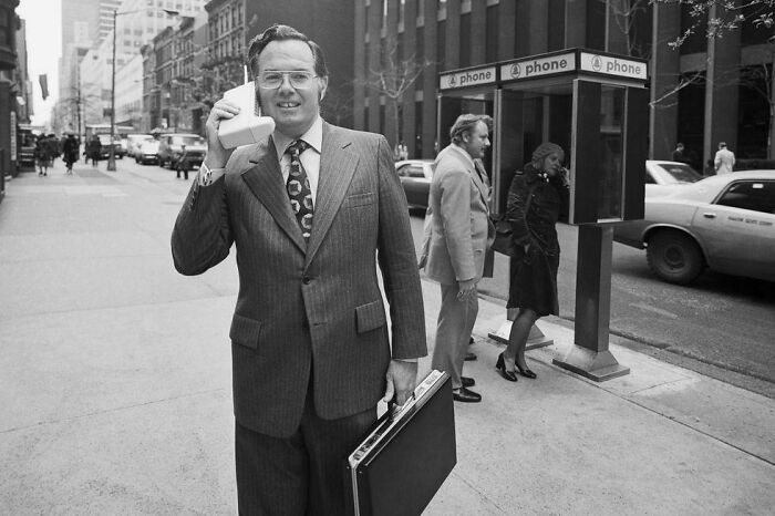 John F. Mitchell, vicepresidente de Motorola, presentando el radioteléfono portátil Dynatac en 1973