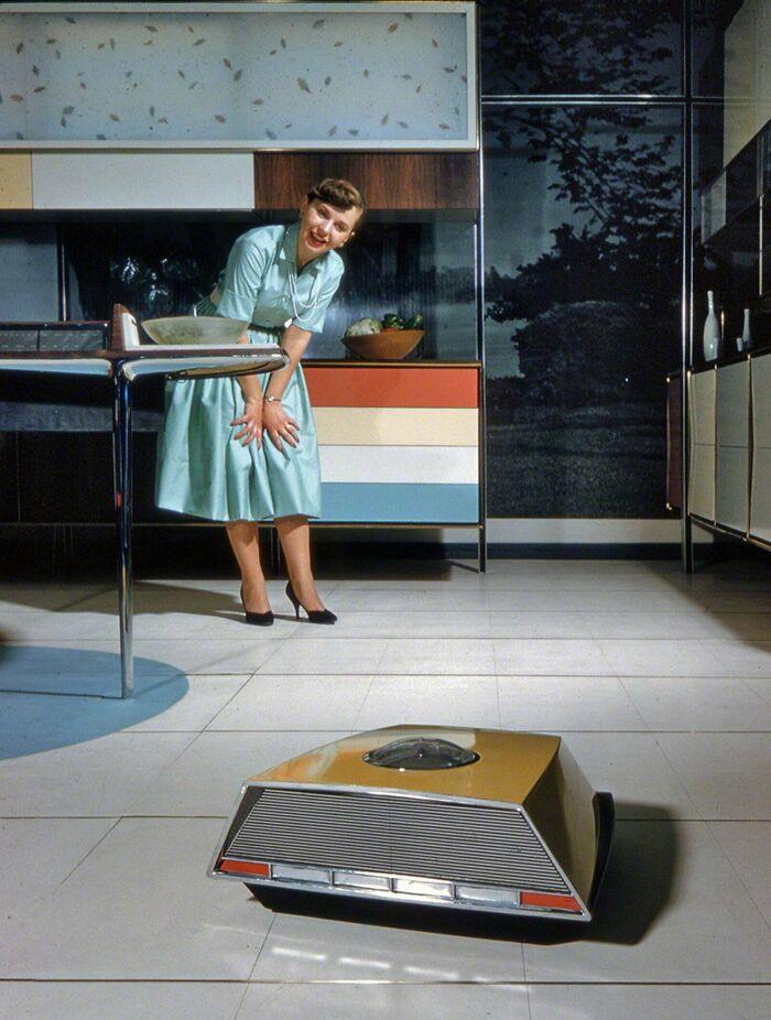 Roboaspiradora de Whirlpool en su exposición de la Cocina del futuro en 1959