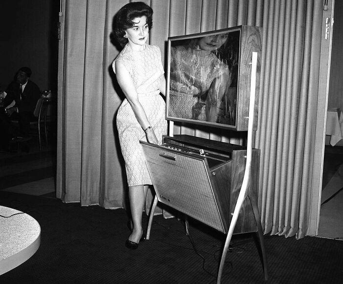 """Televisión de pantalla """"plana"""" (solo 10 cms de grosor) con mecanismo para grabar programas, presentada en Chicago, 1961"""