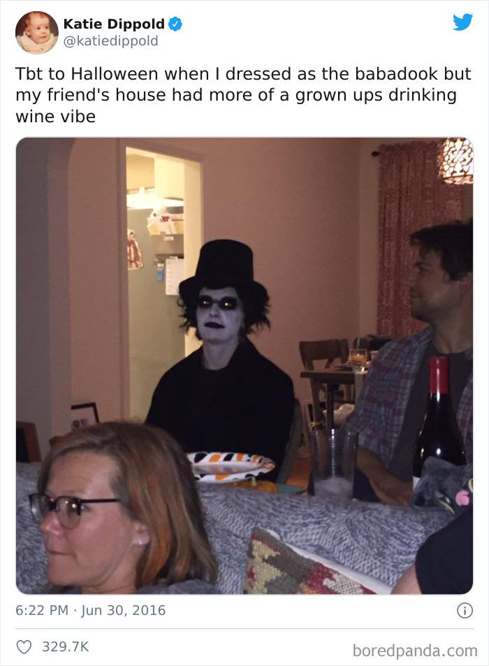 Ese Halloween que me disfracé de Babadook pero en casa de mis amigos preferían ir de adultos bebiendo vino