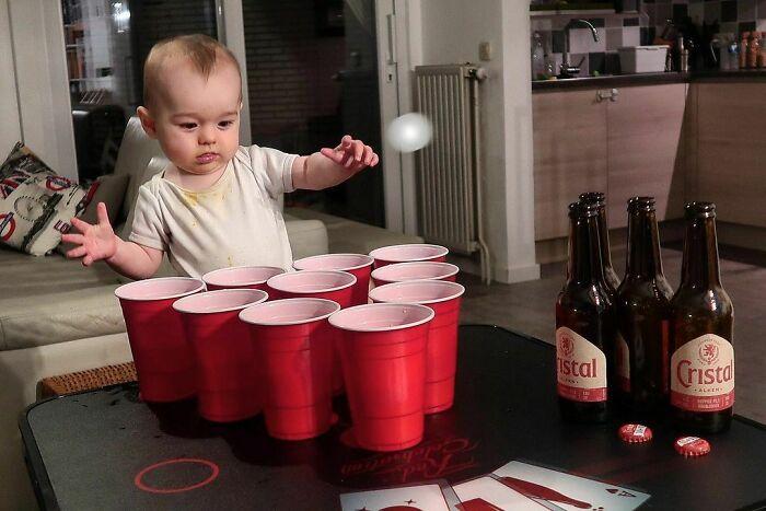 Jugando al beer pong con papá