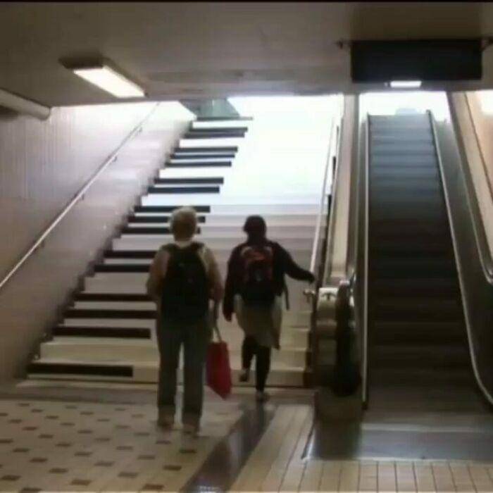 ¿Qué pasa si instalas unas escaleras con piano junto a unas automáticas?