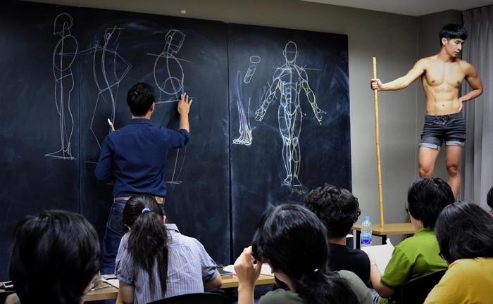 Se han vuelto virales las fotos de estas clases de dibujo anatómico en Tailandia