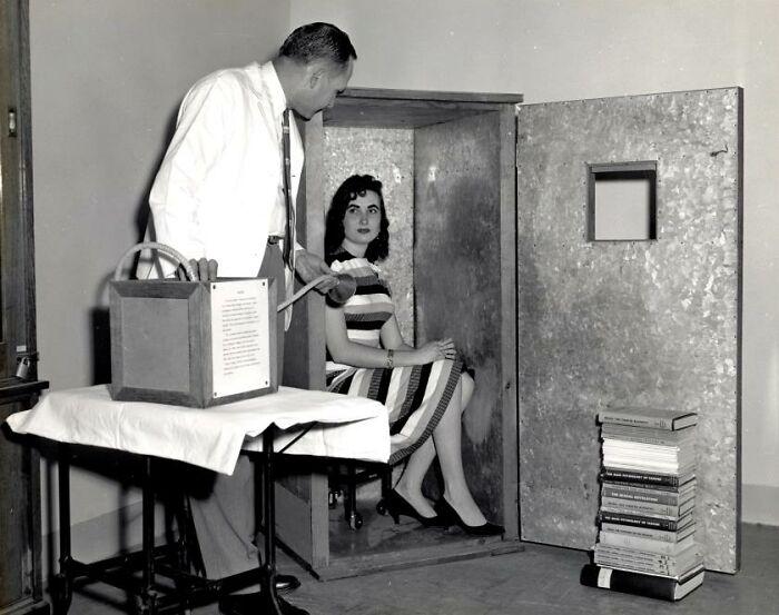 Acumulador de orgón, aparato de los años 50 para que una persona se sentara dentro y atrajera energía orgónica, que no tiene masa pero curaba