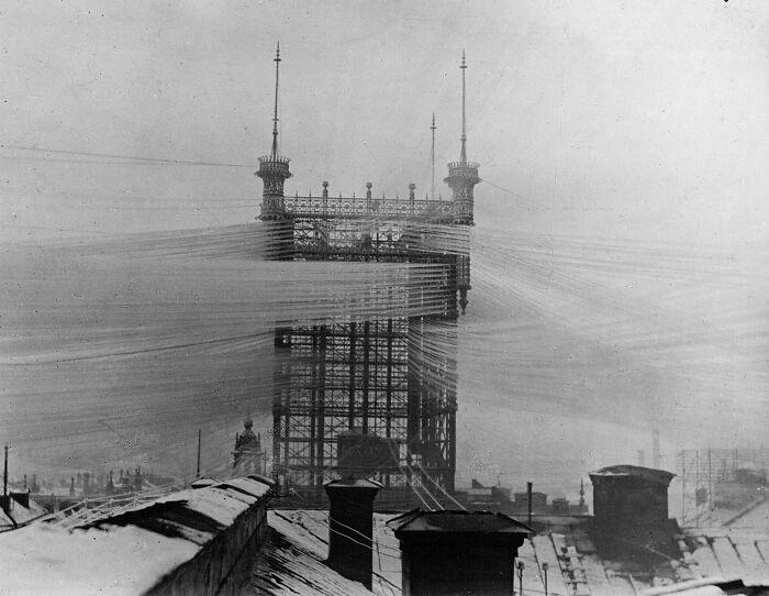 """La antigua torre """"Telefontornet"""" en Estocolmo, Suecia, con unas 5500 líneas telefónicas. 1890 aprox."""