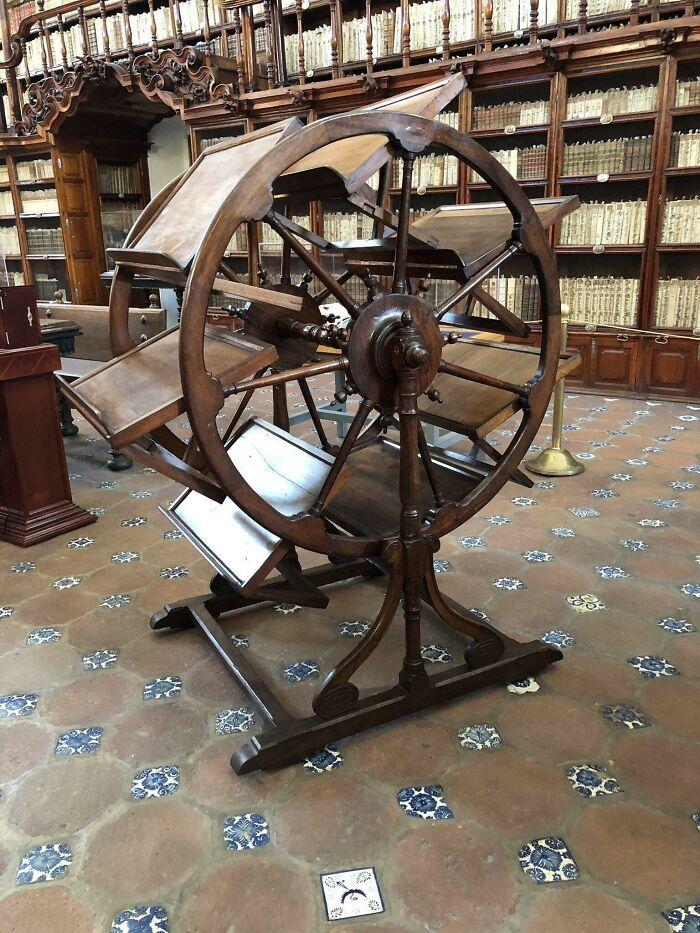 Herramienta de hace 300 años que permitía tener a un investigador en la biblioteca 7 libros abiertos a la vez (Biblioteca Palafoxiana, Puebla)