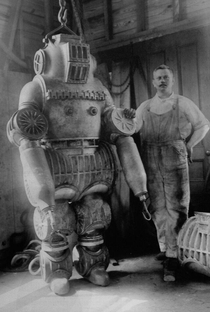 1911: Chester Mcduffee y su traje de buceo de aleación de aluminio. Pesaba 200 kilos