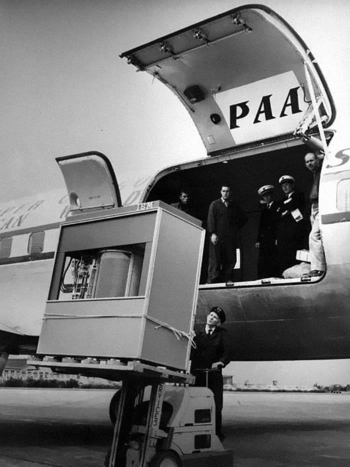 Disco duro de 5 megas siendo cargado en un avión, 1956