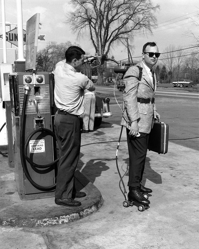 Vendedor con patines motorizados en California, 1961