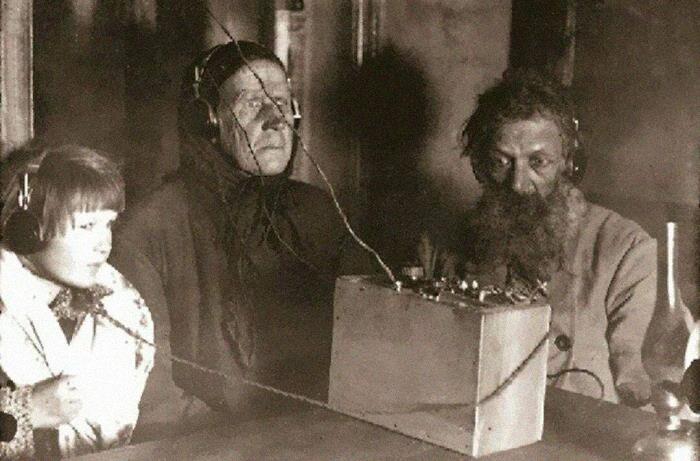 Campesinos soviéticos escuchando la radio por 1ª vez en 1928