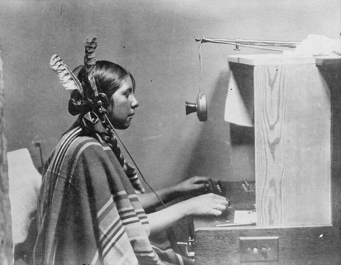 Helen, telefonista y operadora nativa americana, en Montana, 1925