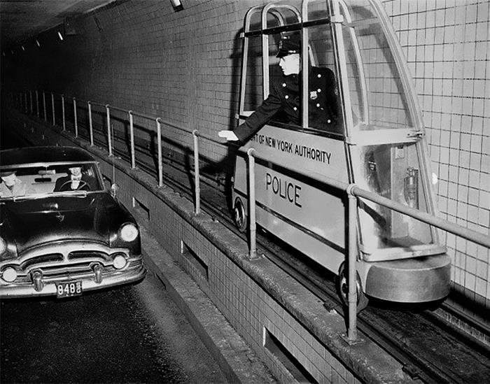 En 1955 se instaló este minitren en el túnel Holland de Nueva York para vigilar el tráfico