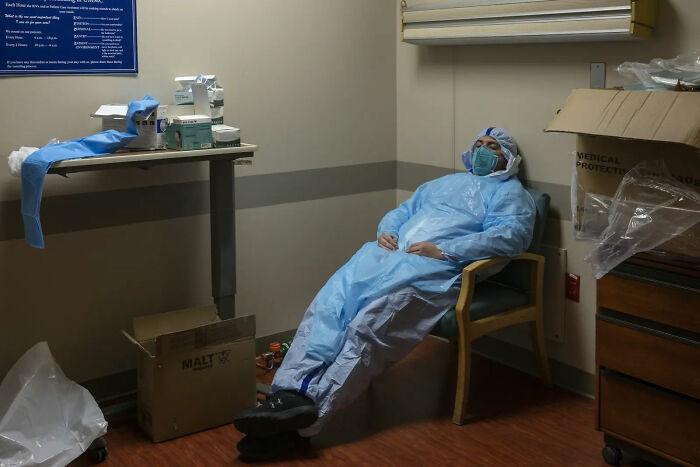 Gabriel Cervera Rodriguez, trabajador sanitario, cierra los ojos durante un breve descanso. 2 de Diciembre