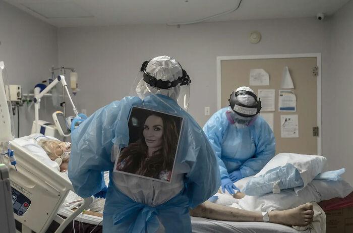 Equipo médico tratando a un paciente de Covid-19. 10 de Noviembre