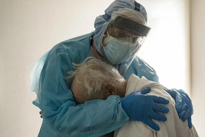 26 de Noviembre. Dr. Joseph Varon consolando a un paciente con coronavirus
