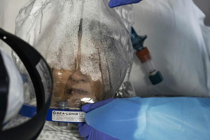 Paciente de Covid-10 con ventilador de tipo casco. 28 de Julio