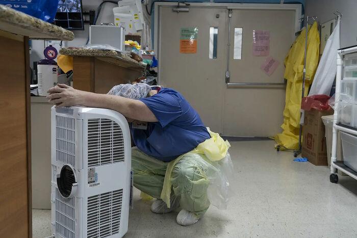 Trabajadora sanitaria descansando frente a un ventilador en la UCI para Covid-19, 30 de Junio