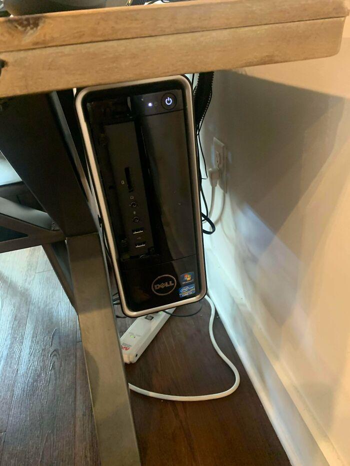 Habían pegado este ordenador con resina epóxica a la mesa