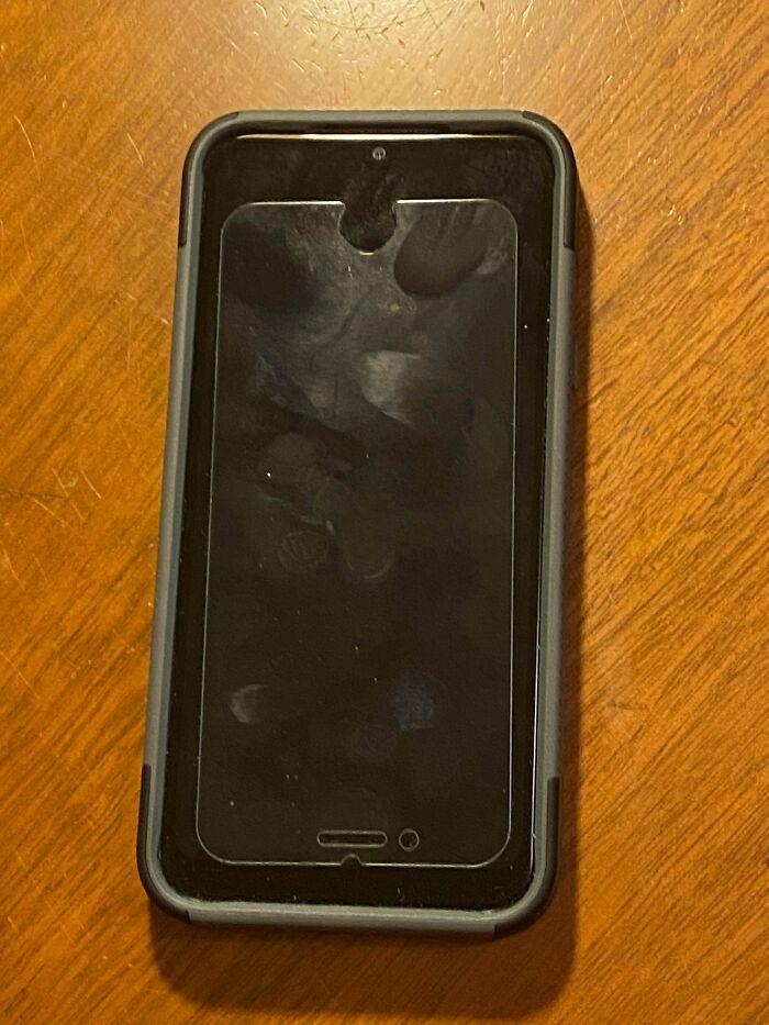 Un cliente se compró un móvil mejor, pero siguió usando el protector del antiguo