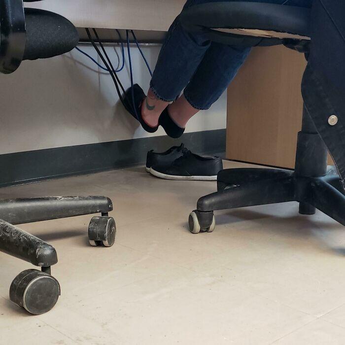 Hay gente que usa los cables del PC para reposar los pies