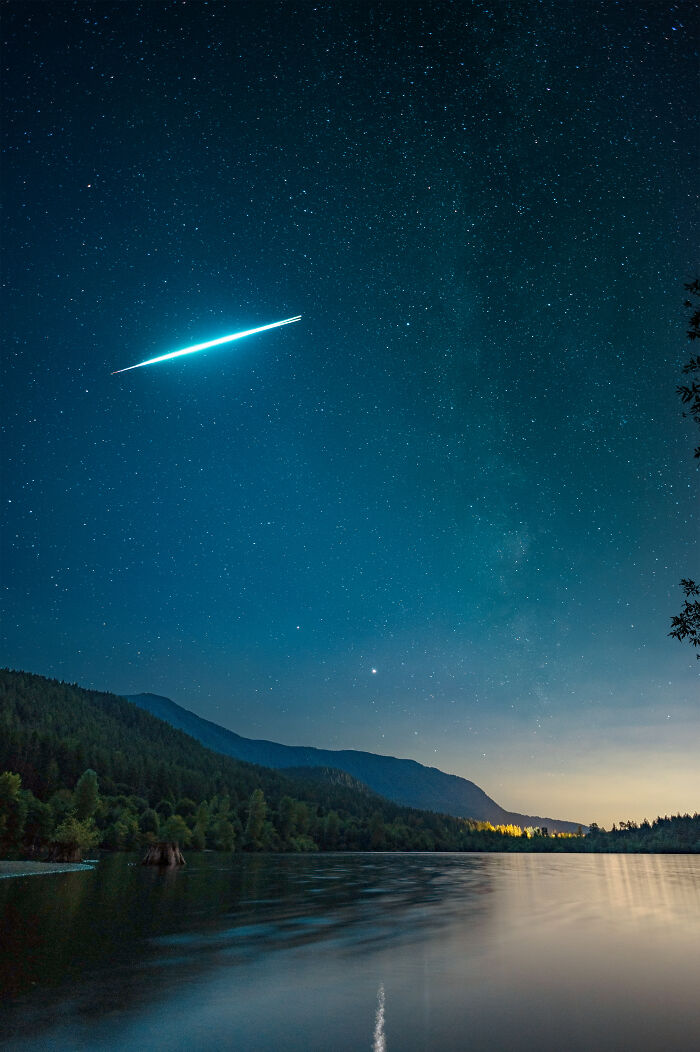 Caught This Incredible Exploding Meteor When I Went To Rattlesnake Lake In Washington, USA Last Weekend. Zoom In To See The Exact Moment It Explodes In Two